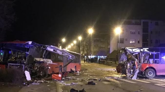 ФОТО: Судир на два автобуси во Белград, ужасна слика на местото на несреќата