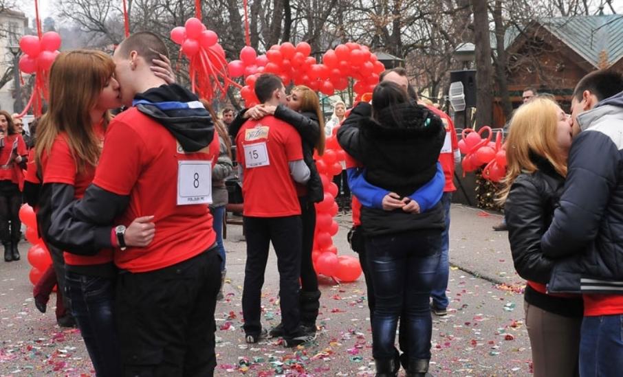 Парови од Србија се натпреваруваа со бакнежи: Победниците се бакнуваа 112 минути (ВИДЕО)
