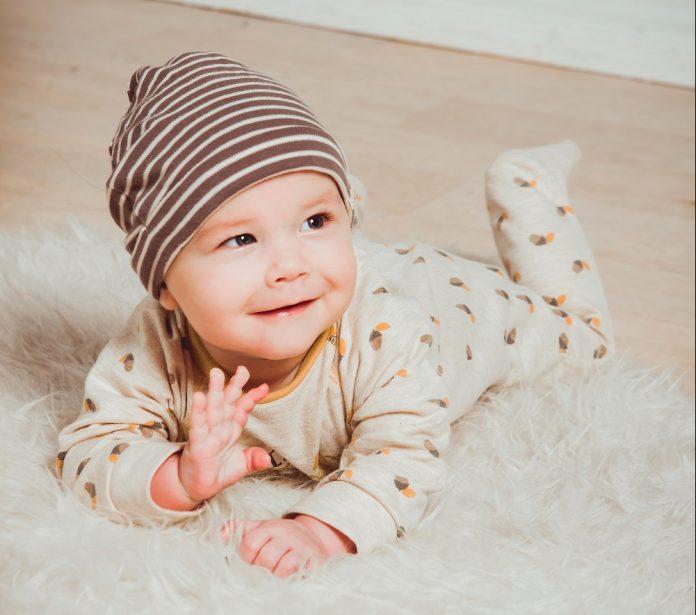 """Кога бебињата почнуваат да кажуваат """"мама"""", а кога """"тато""""?"""
