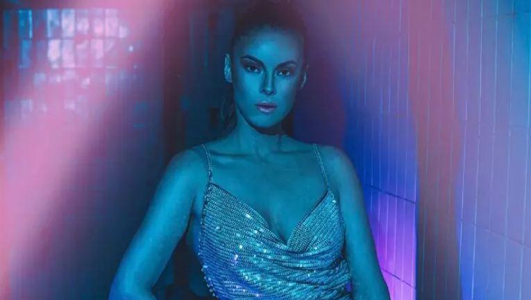 Српската пејачка се соблече по градник, нејзините фанови одлепија: Смирете се, сите ќе ве блокирам