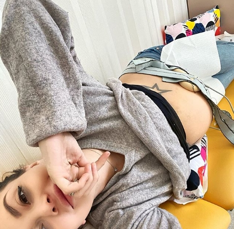 ФОТО: Ела Дворник во деветтиот месец од бременоста позира во гаќички