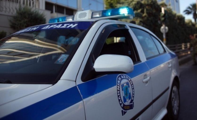 """Неформални забави на отворено пред кафулиња и на плоштади во Грција со """"земи и носи"""" пијалаци, и покрај забраните"""