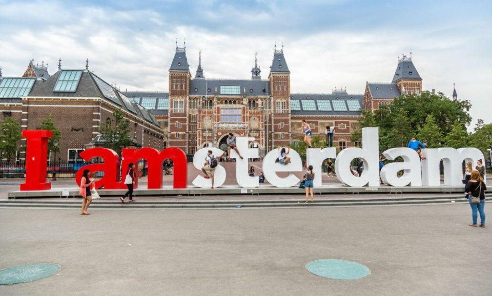 Амстердам го забранува за туристите она по што е најпрепознатлив