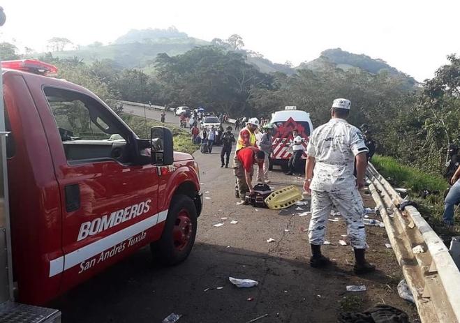 ФОТО: Се преврте камион полн со мигранти – Еден загинат, 81 лице повредено