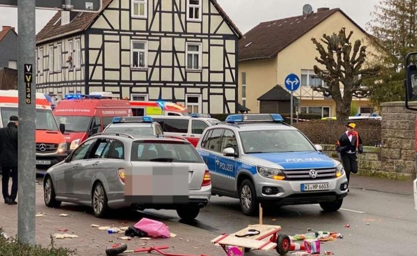 Со автомобил влета во поворка и повреди 30 лица, откажан карневалот