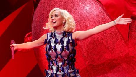ВИДЕО: Пејачката изгуби свест – евакуирана салата при снимањето на Американски идол