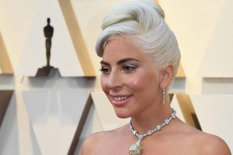 """Лејди Гага во танга се шеташе на тераса: Папараците имаа што да """"фатат"""" (ФОТО)"""