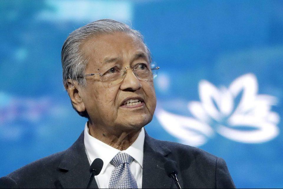 Малезискиот премиер Махатир поднесе оставка