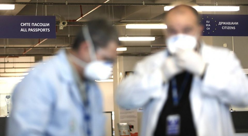 Граничната полиција со маски и ракaвици се обидува да спречи коронавирусот да влезе во Македонија