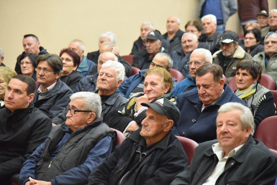 Мицкоски на средба со пензионерите: СДСМ на пензионерите им одзеде 6900 ден, покачувањето со кое се фалат е помало од парите кои им ги украдоа
