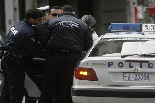 Полицаец со службеното оружје извршил 11 кражби во Атина