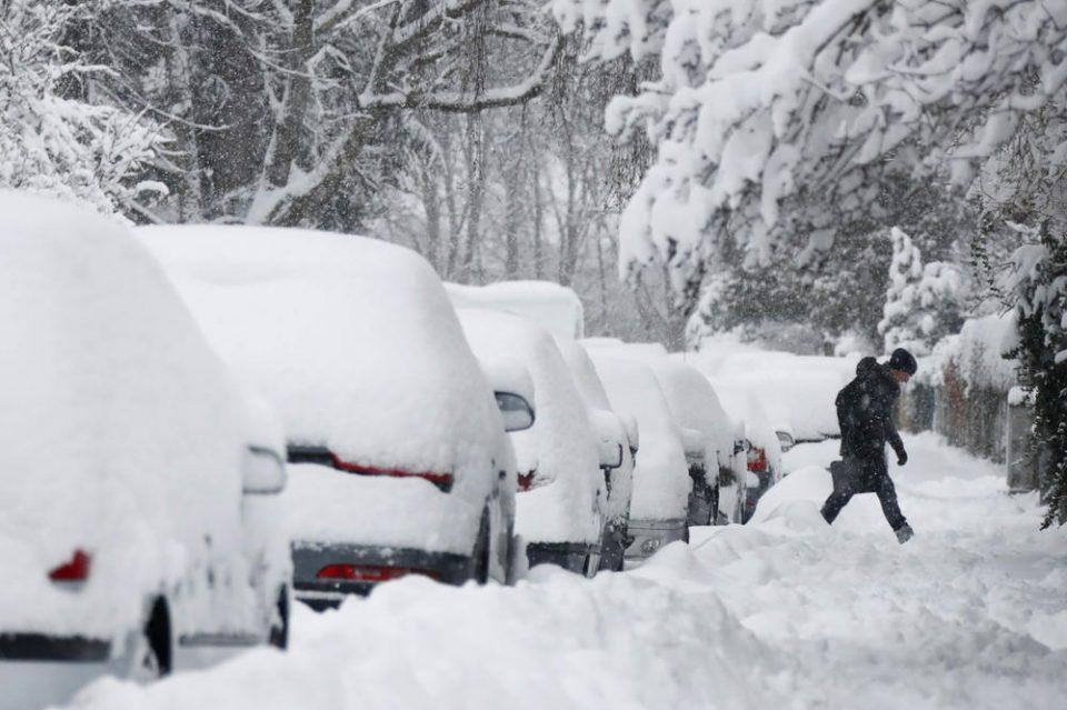 Снегот парализираше делови од Србија, илјадници без струја, турнати далеководи