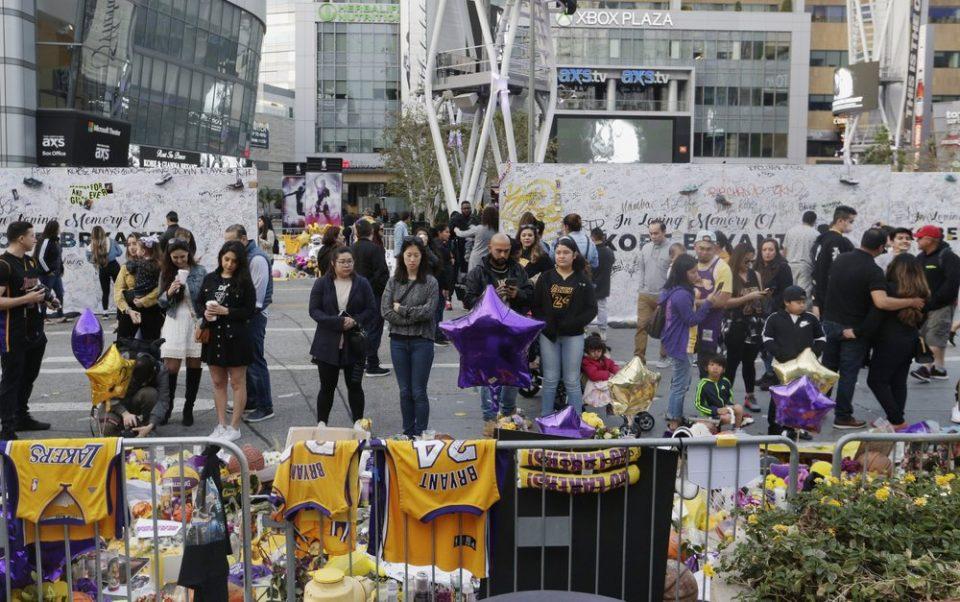"""ФОТО+ВИДЕО: Лејкерс го расчитува просторот пред """"Стејплс"""", љубовта од навивачите ќе заврши во домот на Коби"""