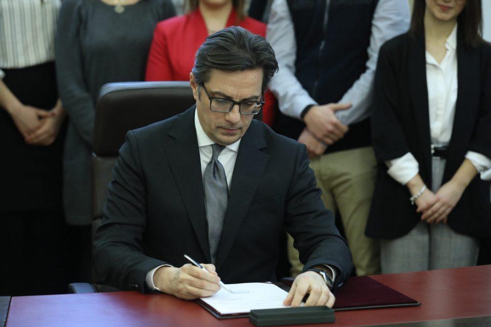 Не чекаше ни еден ден: Пендаровски веќе го потпиша Законот за ЈО, како и за Совет на јавни обвинители