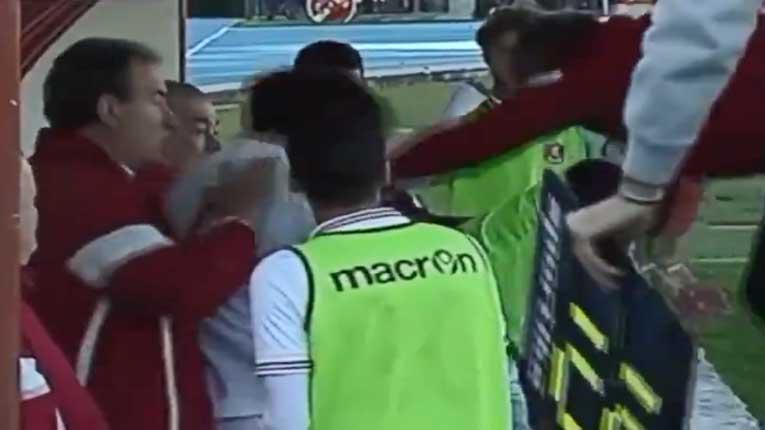 Тренер сакаше да тепа еден од своите играчи, па доби црвен картон (ВИДЕО)