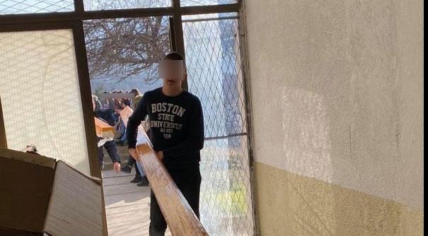 Скандал: Наместо да ја следат наставата, ученици во Штип служат како технички персонал и вршат физичка работа