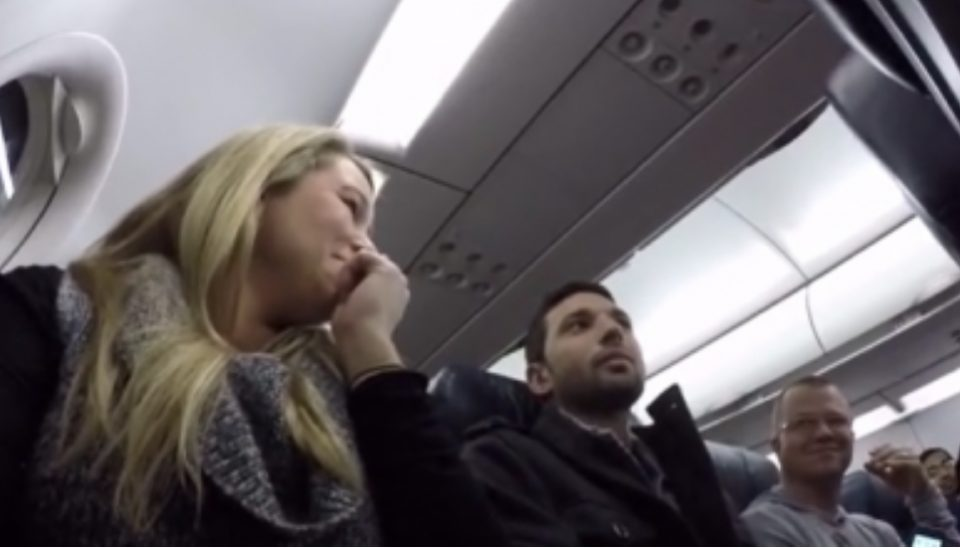 Пилот му соопшти на патник дека неговата сопруга е бремена, но таа не очекуваше ваква реакција (ВИДЕО)