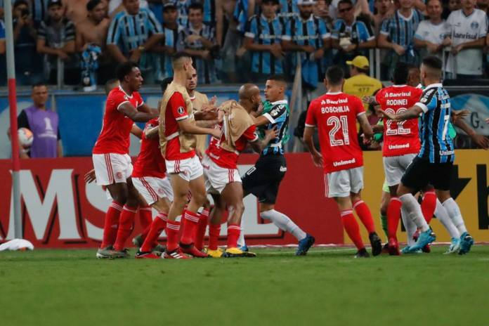 Масовна тепачка во дербито на големите ривали (ВИДЕО)