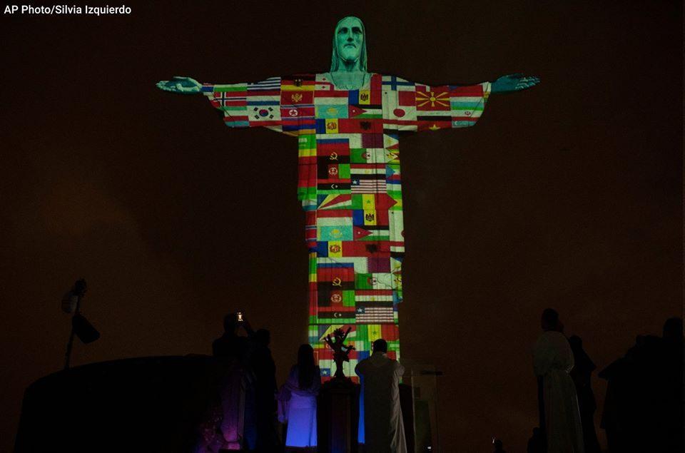 Статуата на Исус Христос во Рио осветлена со знамиња на земји кои се борат со коронавирус- таму е и МАКЕДОНСКОТО (ФОТО)
