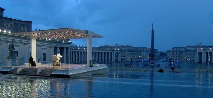 ВИДЕО за историја: Папата се моли сам на празниот плоштад