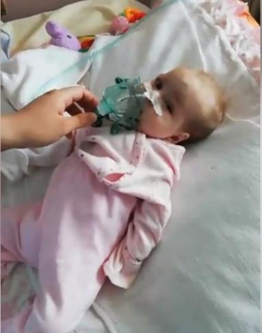 ВИДЕО АПЕЛ до Венко Филипче: Родители на 6 месечно бебе бараат итна помош од македонското здравство