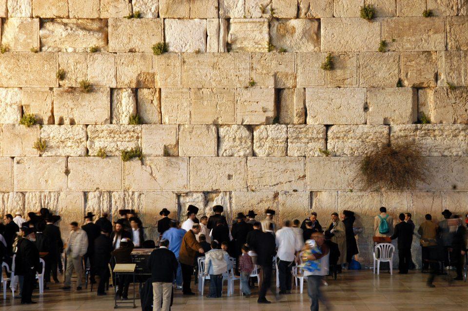 Поради коронавирусот oд Евреите е побарано да не го бакнуваат Ѕидот на плачот