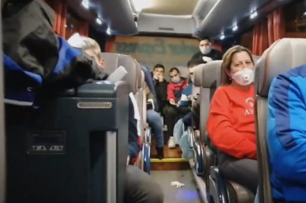 Скандал: Патници гладни и жедни ги држат заглавени во автобус на аеродромот, додека чекаат да ги однесат во карантин (ВИДЕО)