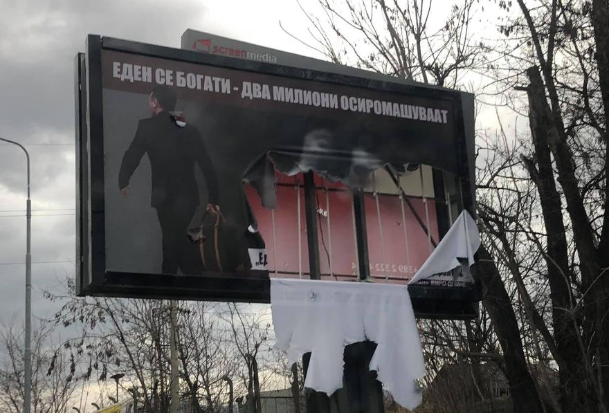Костовски: Вандалски е оштетен билборд на кој јасно се покажува дека Зоран Заев е криминалец кој зема рекет и мито