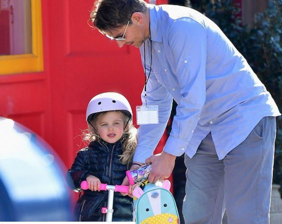 Бредли Купер ја прошета својата ќерка и покажа дека е прекрасен татко