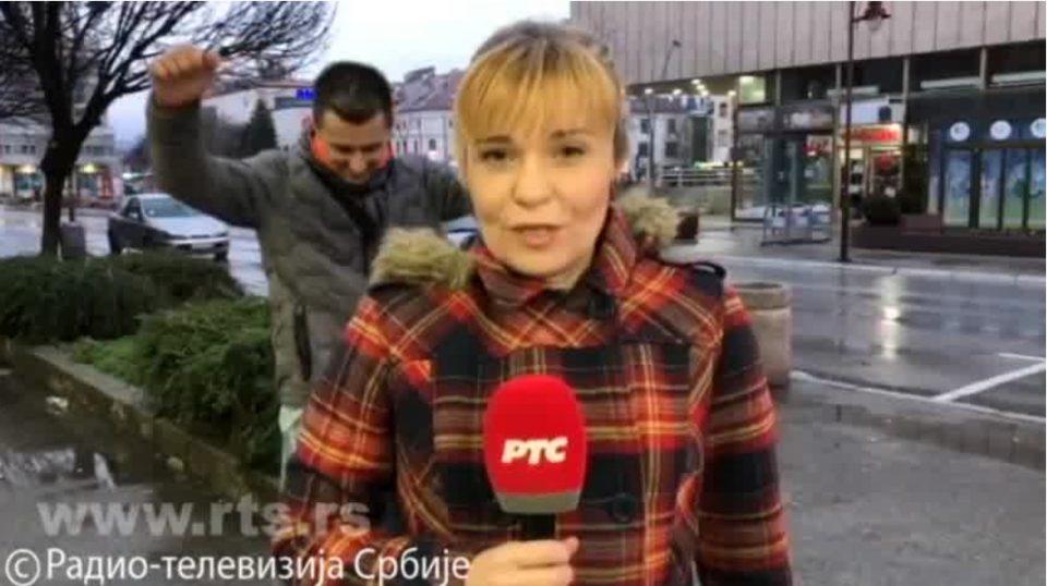 Урнебесно: Репортерка на РТС не се ни посомнева што се случува зад нејзин грб (ВИДЕО)