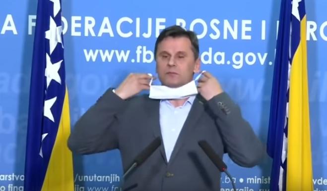 ХИТ: Премиерот на БиХ се обиде да стави заштитна маска, но нешто тргна наопаку (ВИДЕО)