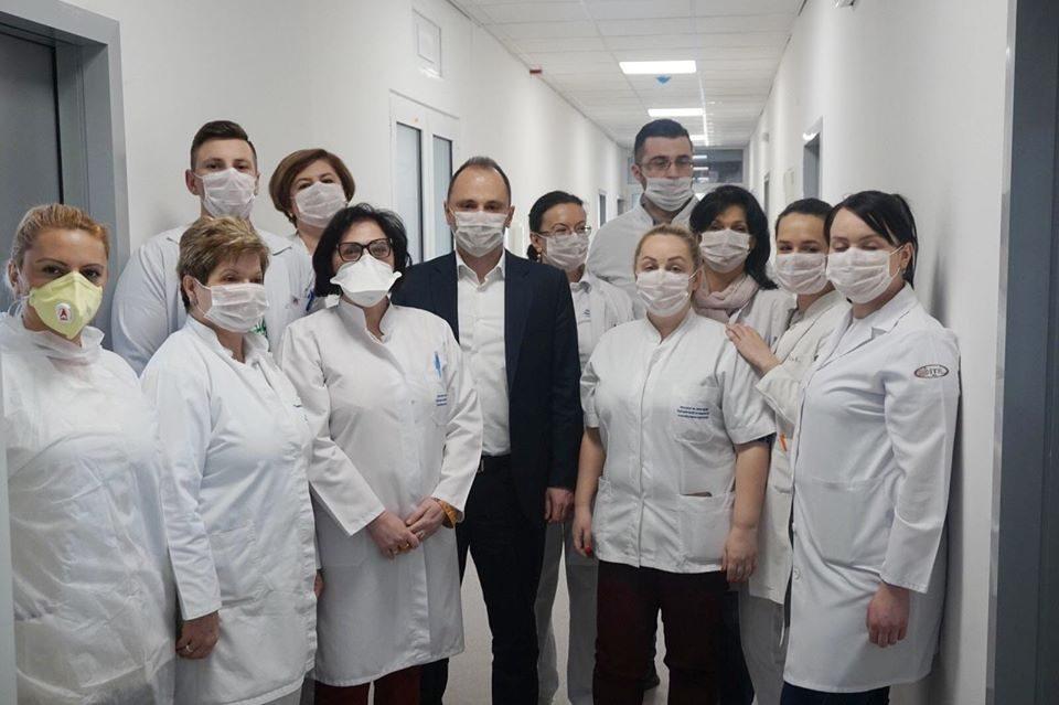 """""""Сликата на министерот со медицински голорак и незаштитен здравствен тим е сликата за македонското здравство"""""""