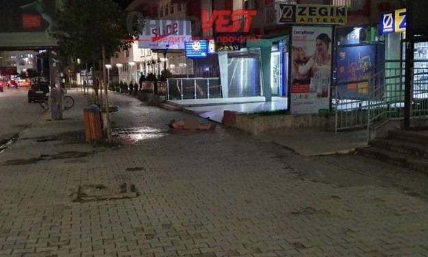 +18: Сосема гол маж се прошета и лежеше на тротоар во центарот на Охрид (ВИДЕО)