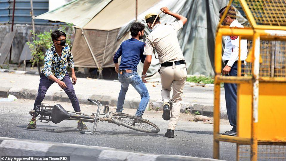 ФОТО: Еве како Индија се справува со оние кои што не ја почитуваат забраната за движење поради коронавирусот!