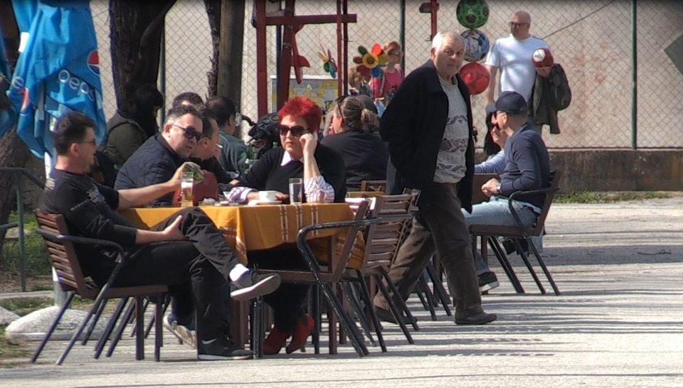 """Светот во изолација, а Македонците """"мува не ги лази"""": Heмa ништo од ова бе, обичен виpyc како гpип, коментираат граѓаните (ВИДЕО)"""