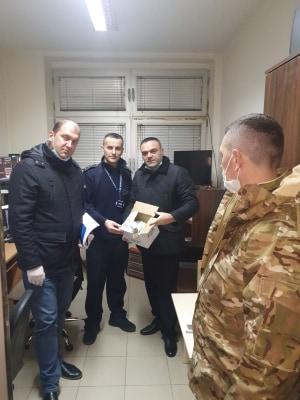 ИПА Македонија на колегите полицајци од СВР Тетово им поделиле 80 заштитни комплети, нивната акција продолжува