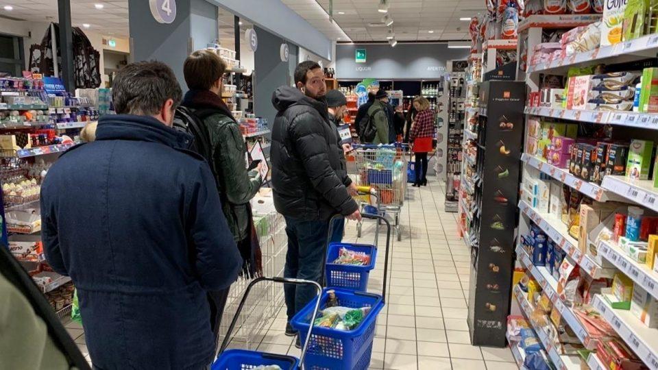 Италија ги затвора сите продавници освен оние за храна и аптеките