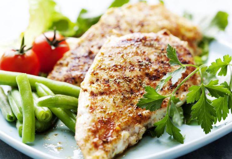 Предлог за лесна вечера: Печено пилешко со презла и пармезан