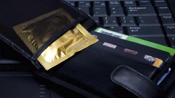 Момци, каде ги чувате презервативите? Сигурно ја правите оваа грешка!