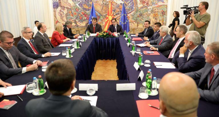 Лидерска средба кај Пендаровски по желба за тајминг на Заев