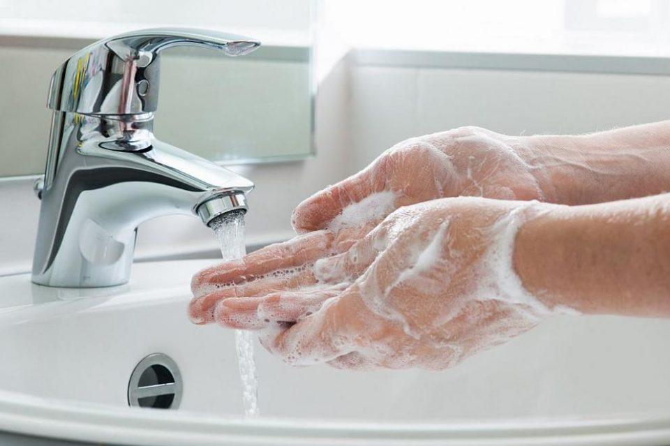 Средствата за дезинфекција помагаат, но не се замена за сапун и вода
