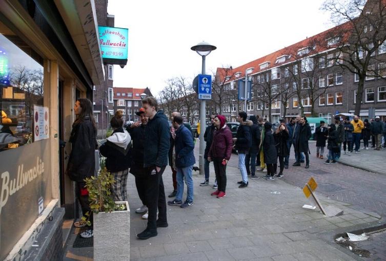 Холанѓаните во редици за марихуана, владата нареди затворање на кофи-шоповите (ВИДЕО)