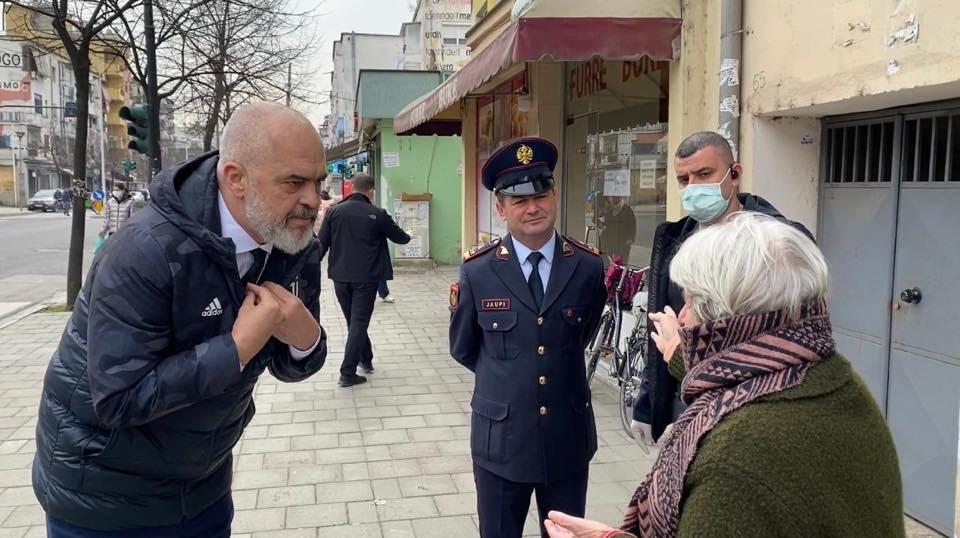 ФОТО: Рама излезе на улиците во Тирана, се расправаше со непослушните пензионери кои што не ги почитуваат препораките