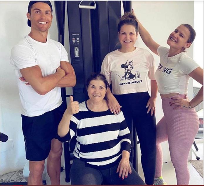 Чувајте го семејството и саканите: Роналдо покрај мајка му откако таа закрепна од мозочен удар