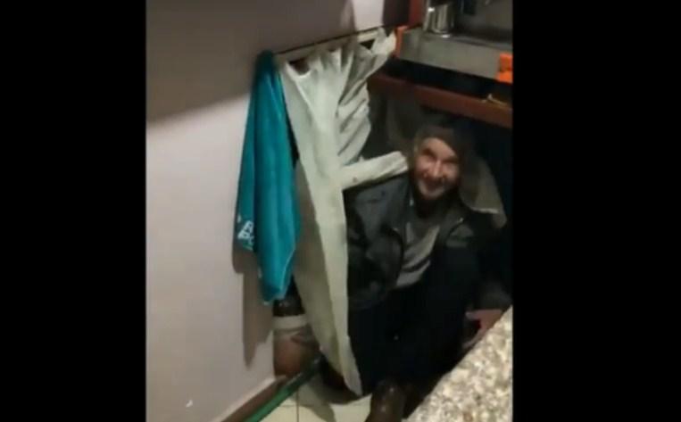 И покрај забраната за работа, го отвориле локалот: Едниот муштерија се сокрил под шанкот, другиот во тоалетот – Моментот кога полицијата упадна во отворениот кафе бар! (ВИДЕО)