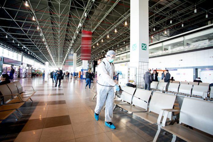 Шестмина позитивни на ковид-19 сакале да избегаат од Македонија, Царина ги фати на аеродром