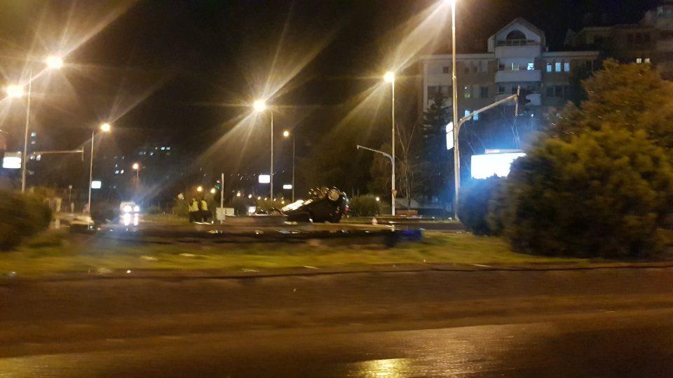 Тешка сообраќајка во Аеродром кај Тобако 2: Автомобил заврши на кров (ФОТО)