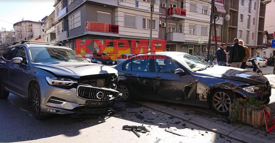 ФОТО: Сообраќајна несреќа зад Универзална, дипломатско возило едно од учесниците