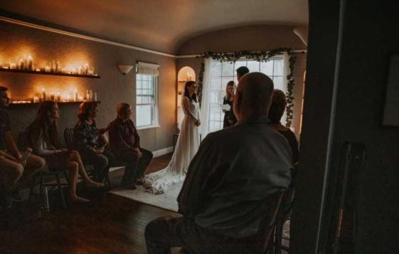 Ја чекаа својата свадба од соништата, но се појави коронавирусот: Тие сепак решија да се венчаат, но дома (ФОТО)