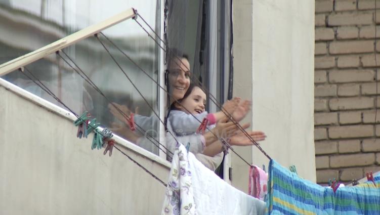 Граѓаните на Тирана секојдневно од своите балкони 15 минути во пренос на телевизија ќе аплаудираат во чест на лекарите